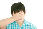 toksyczni rodzice chłopiec zakrywający twarz
