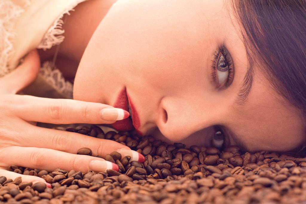 leżąca kobieta - kawa w ciąży