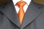 mężczyzna-w-garniturze-na-szukanie-pracy