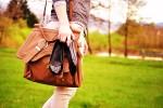 kobieta maszeruje tobą i butami