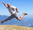 mężczyzna wyskakujący spontaniczne szczęście_motiwa